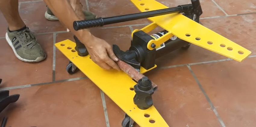 thao tác máy uốn ống thủy lực 8