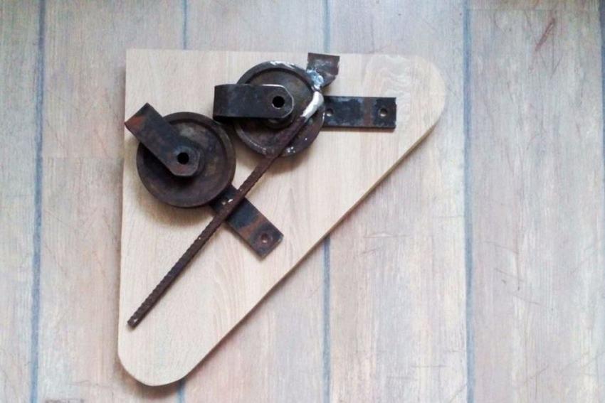 Các vật liệu được lắp đặt thử trên bảng gỗ